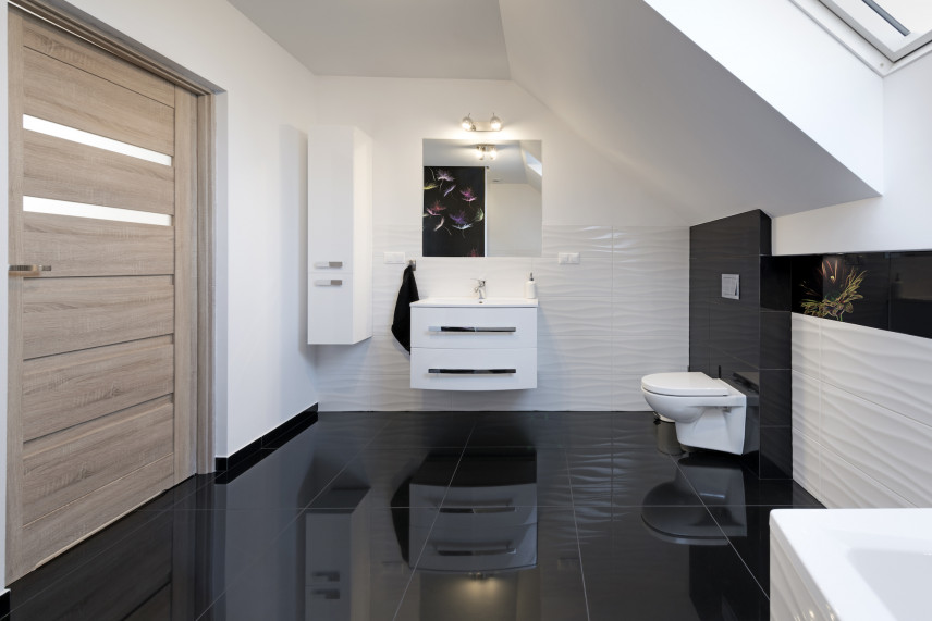 Łazienka z czarną podłogą
