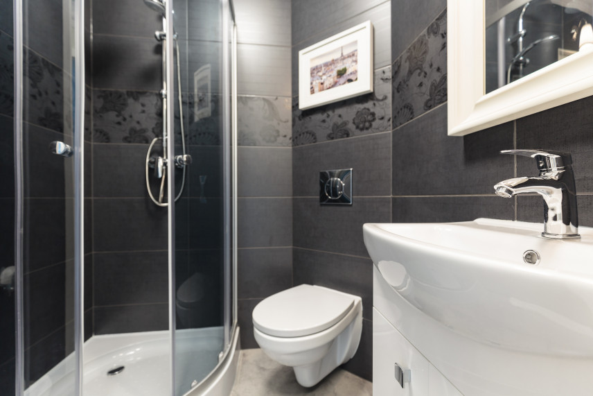 Mała łazienka z czarną ścianą