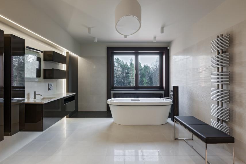 Designerska łazienka z czarnymi błyszczącymi meblami