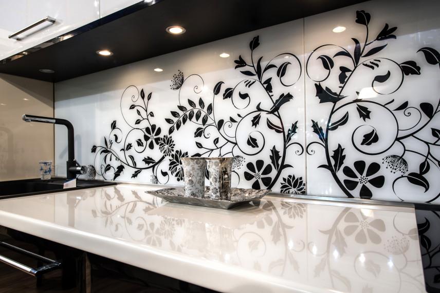 Biała mozaika z czarnym wzorem