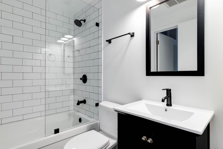 Biało-czarna łazienka z prysznicem i wanną