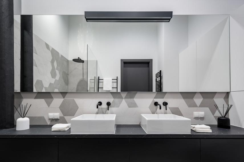 Czarno-biało-szara łazienka z dużym lustrem