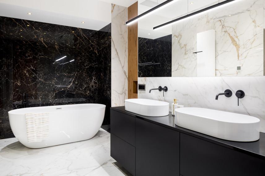 Czarno-biała marmurowa łazienka