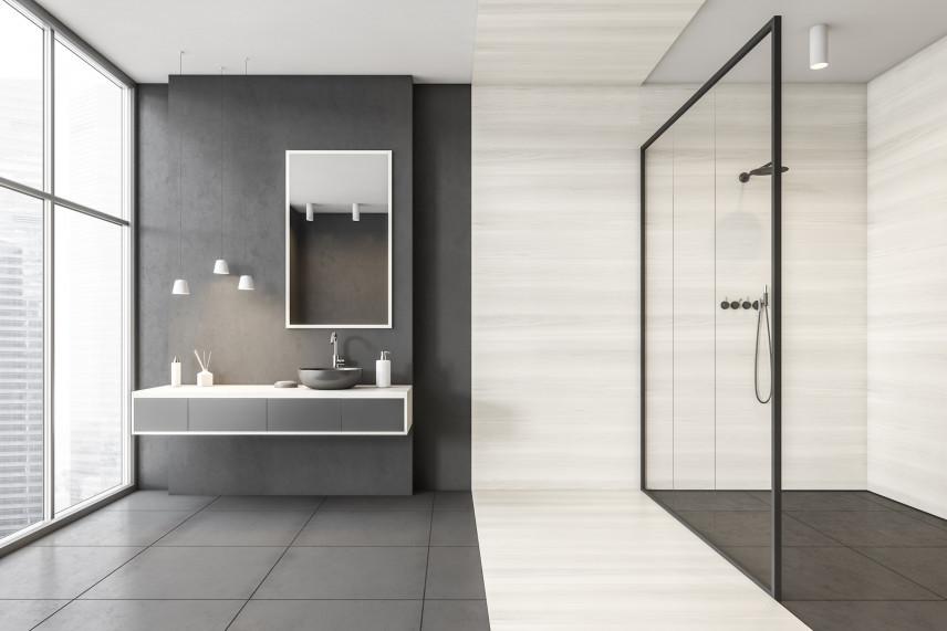 Symetryczna czarno-biała łazienka