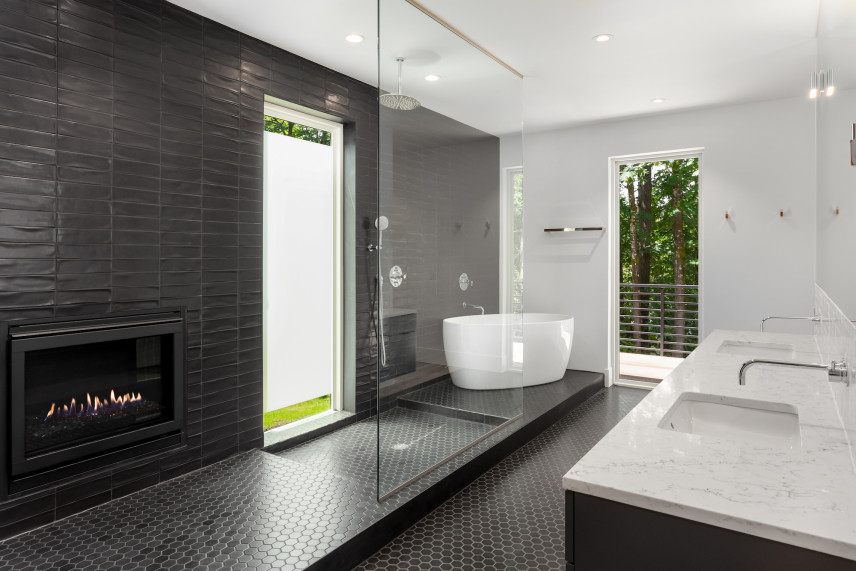 Elegancka łazienka z kominkiem