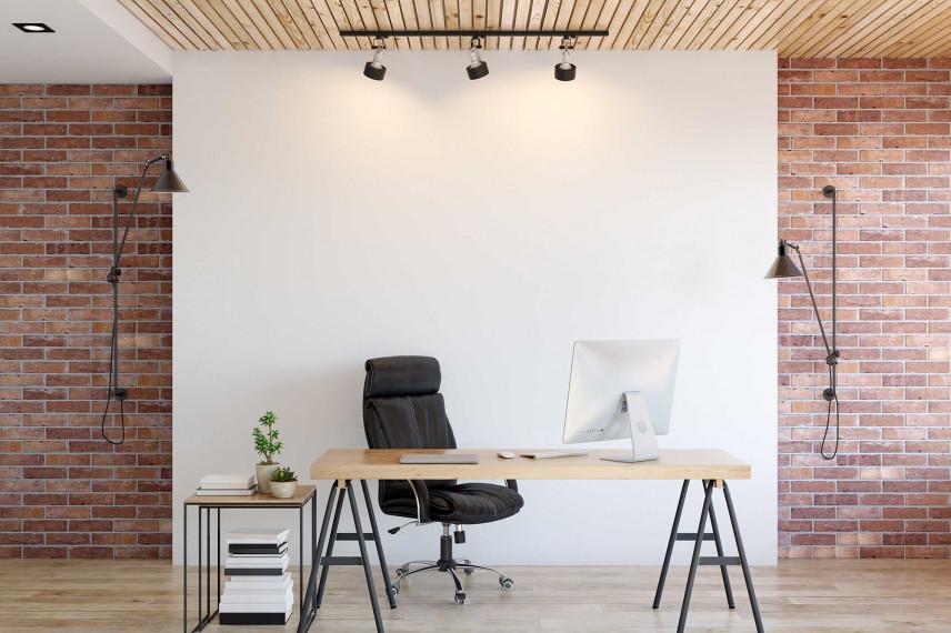 Biuro ze ścianą z cegły