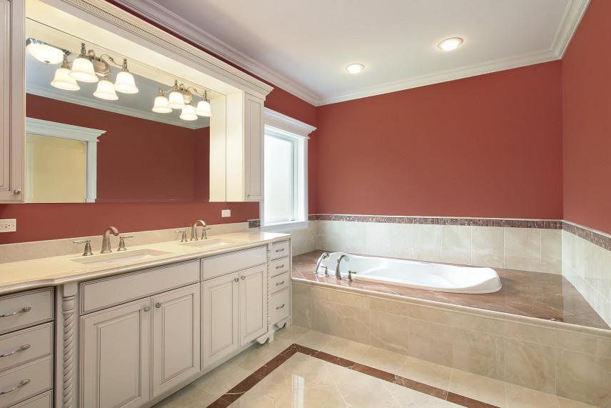 Bordowa łazienka z marmurową wanną