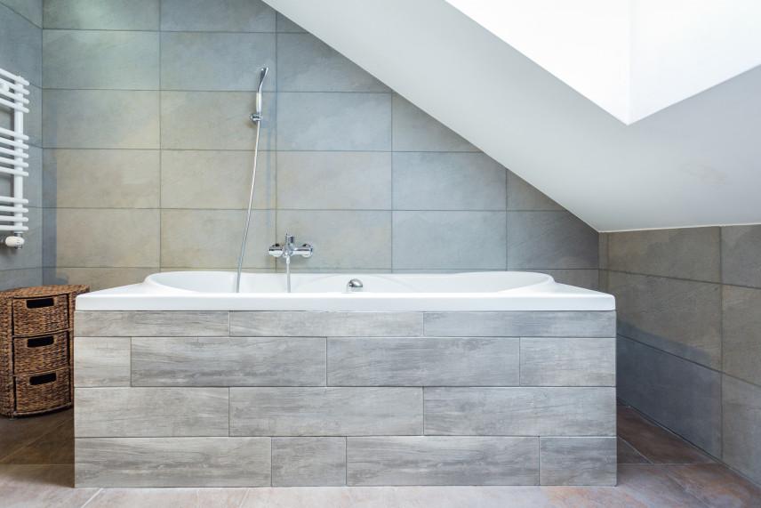 Minimalistyczna łazienka z wanną