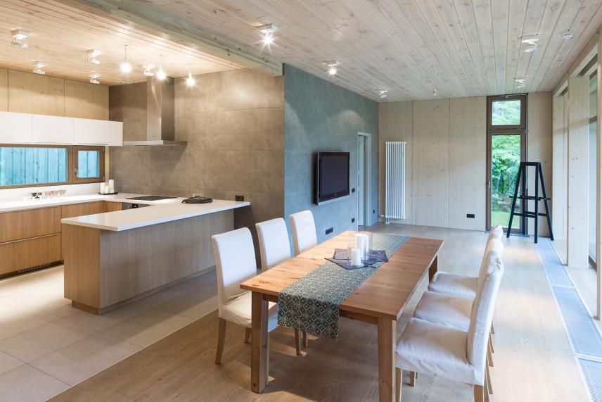 Klasyczna kuchnia otwarta z salonem