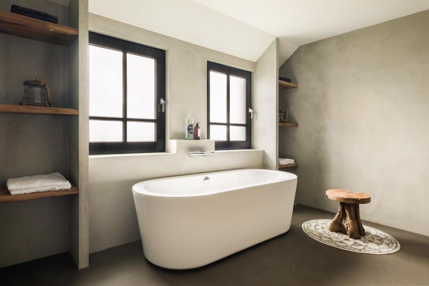 Wanna w łazience z betonową ścianą