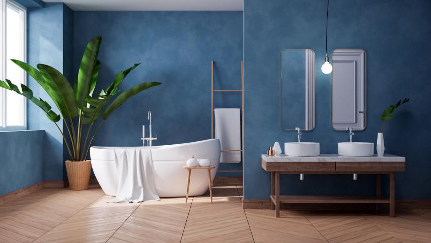 Łazienka z niebieską ścianą i wanną