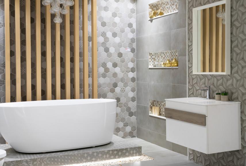 Szara łazienka z elementami z drewna