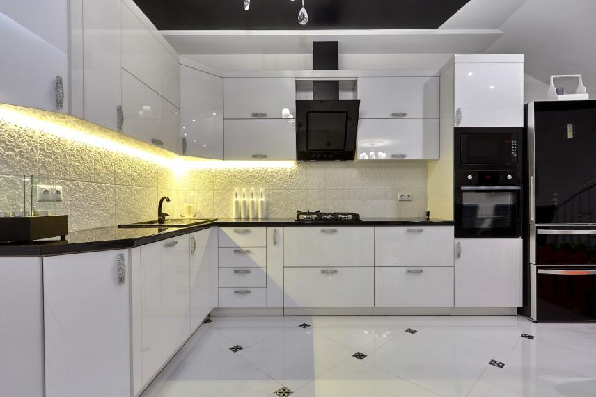 Biała kuchnia z płytkami 3d