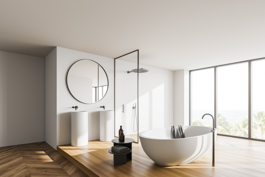 Designerska łazienka z drewnianą podłogą