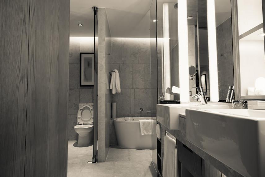 Szara łazienka z podświetlanymi lustrami
