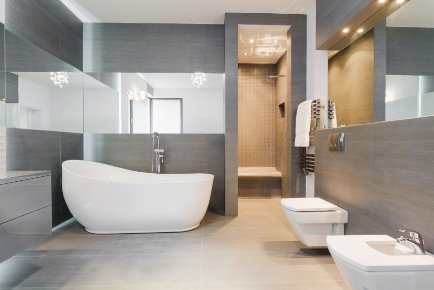 Łazienka z szarymi ścianami i lustrami dookoła