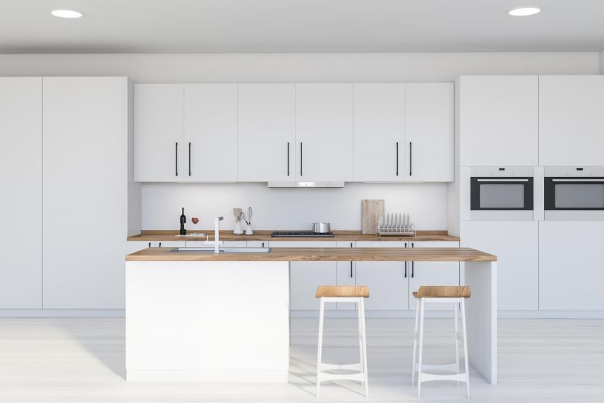 Projekt białej kuchni z drewnianym blatem