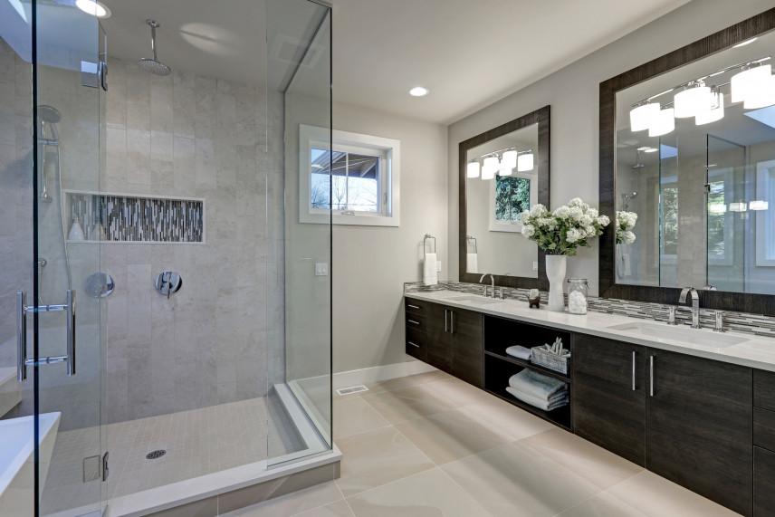 Szara łazienka z prysznicem typu walk-in