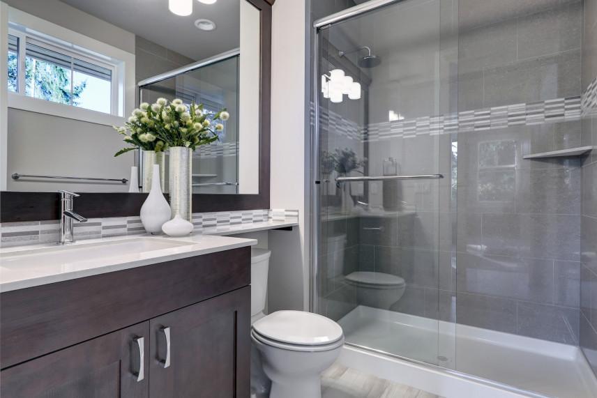 Łazienka koloru szarego z kabiną prysznicową