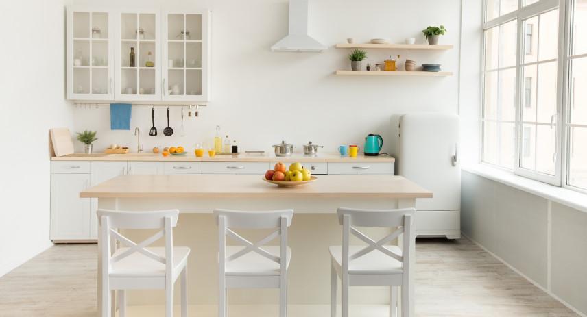 Biała kuchnia z oknem