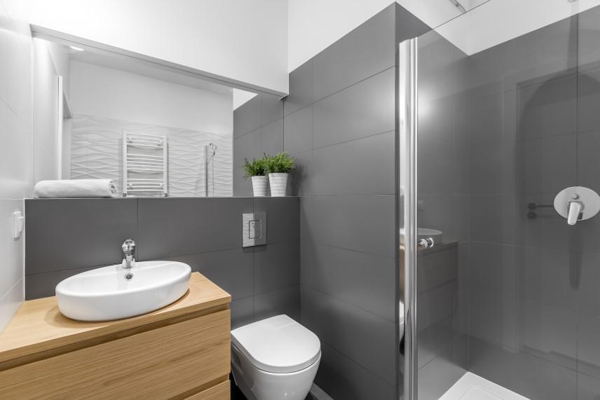 Mała łazienka z szarym narożnikiem