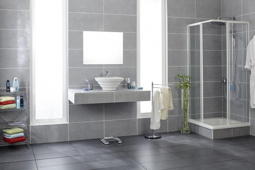 Łazienka z szarymi kaflami na ścianie