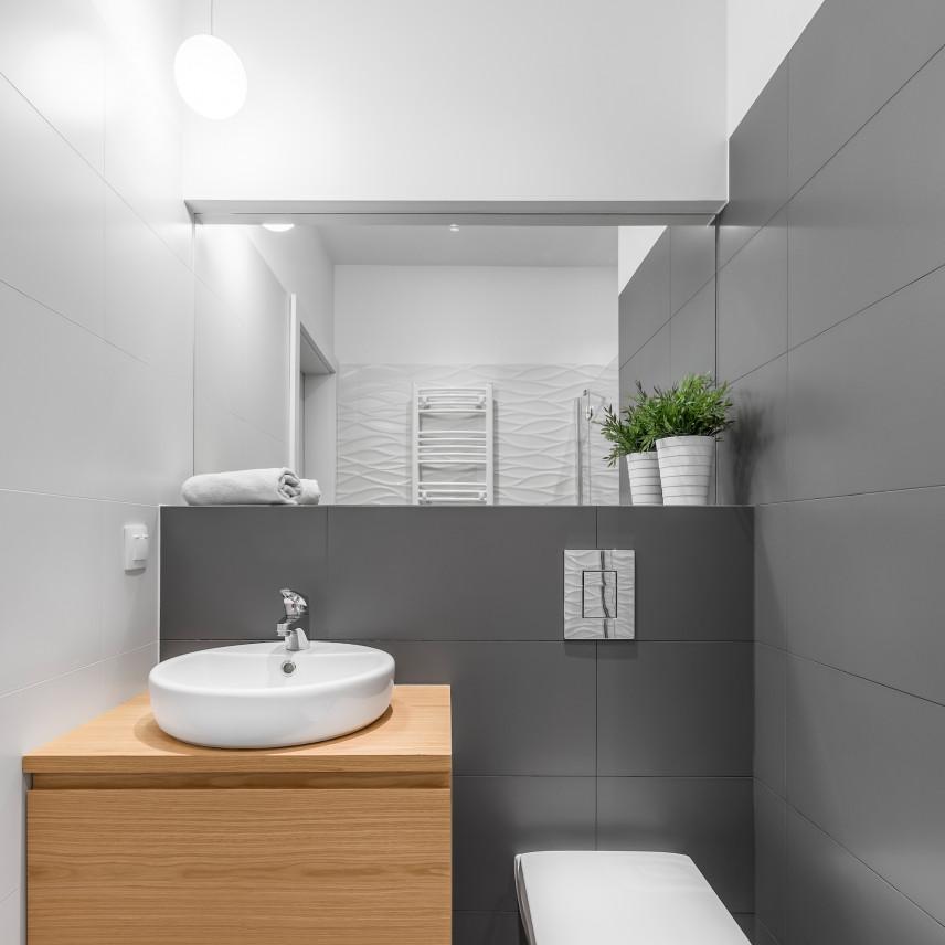 Mała łazienka z szarymi kaflami