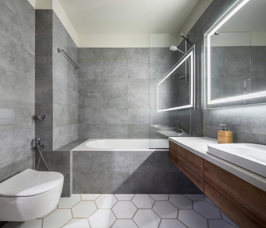 Szara łazienka z podświetlanym lustrem