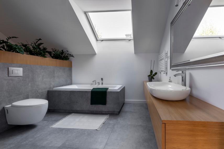 Szara łazienka na poddaszu w stylu skandynawskim
