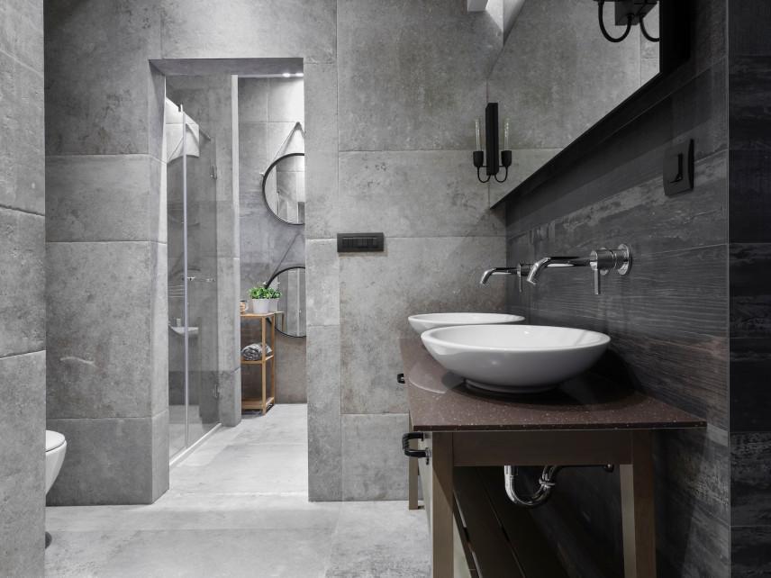 Łazienka szara z lustrem z kinkietami