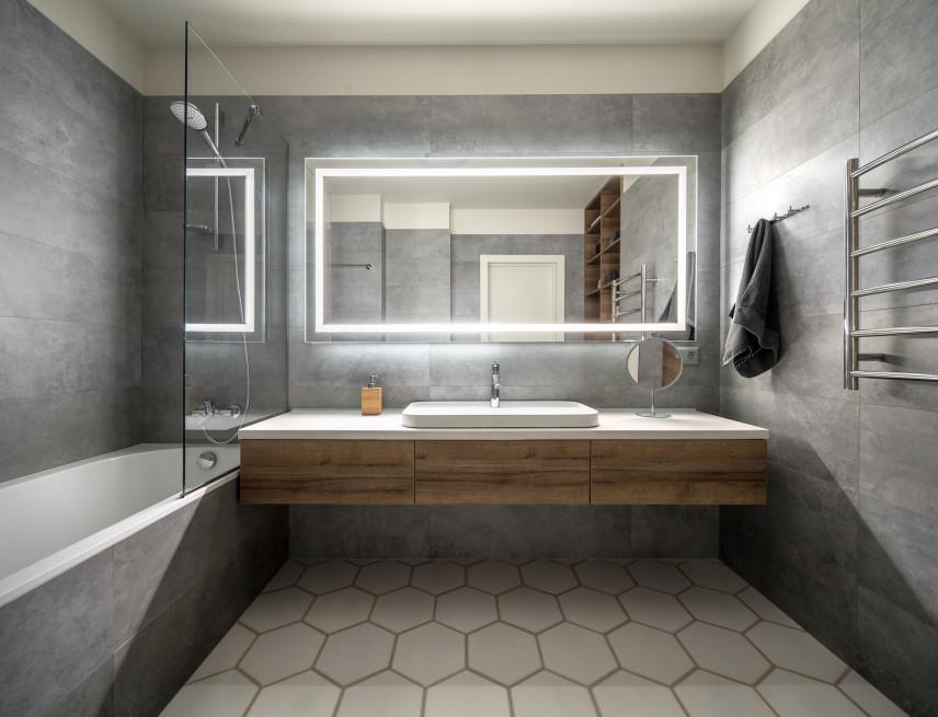 Łazienka w stylu skandynawskim z podświetlanym lustrem