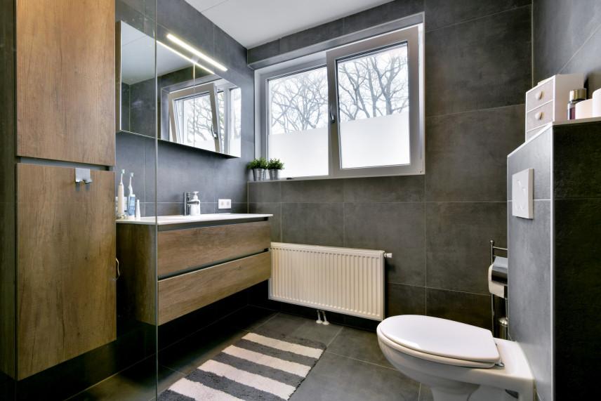 Mała łazienka koloru szarego