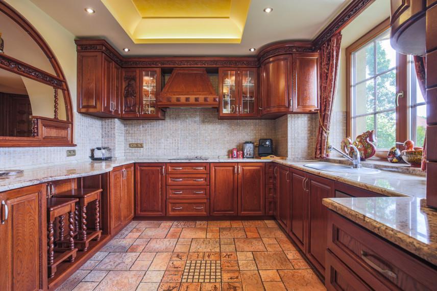 Duża kuchnia z dużym oknem