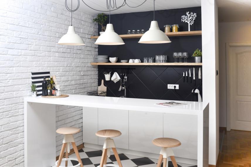 Mała kuchnia ze ścianą z cegły