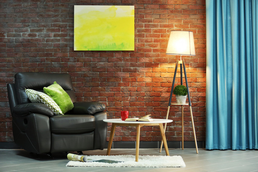 Przytulny salon z cegłą na ścianie
