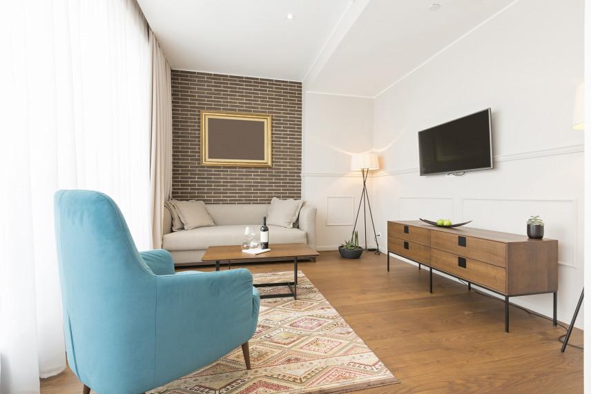 Biały salon z cegłą na ścianie