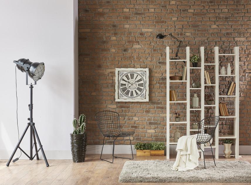Designerski salon z cegłą na ścianie