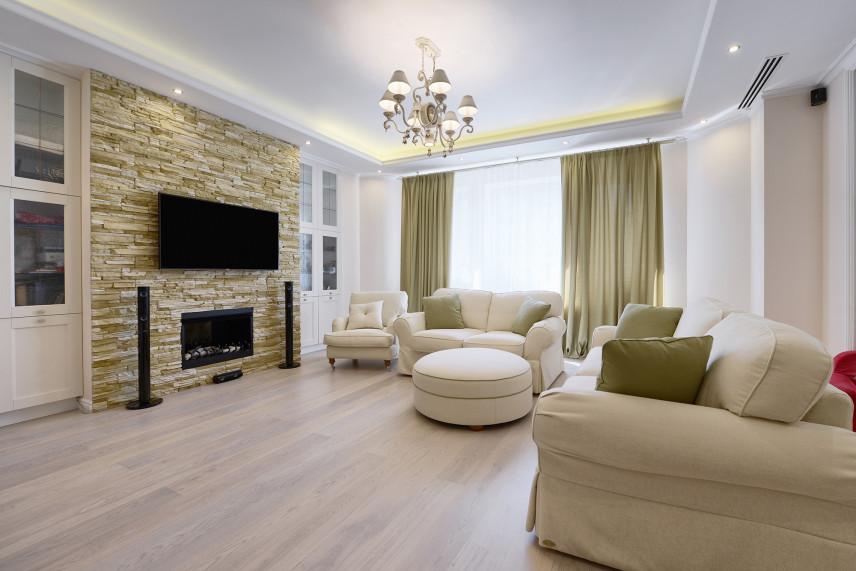 Klasyczny salon z elegancką cegłą na ścianie