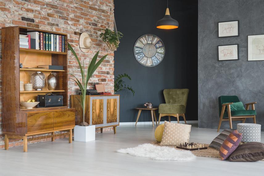 Salon z cegłą i szara ścianą