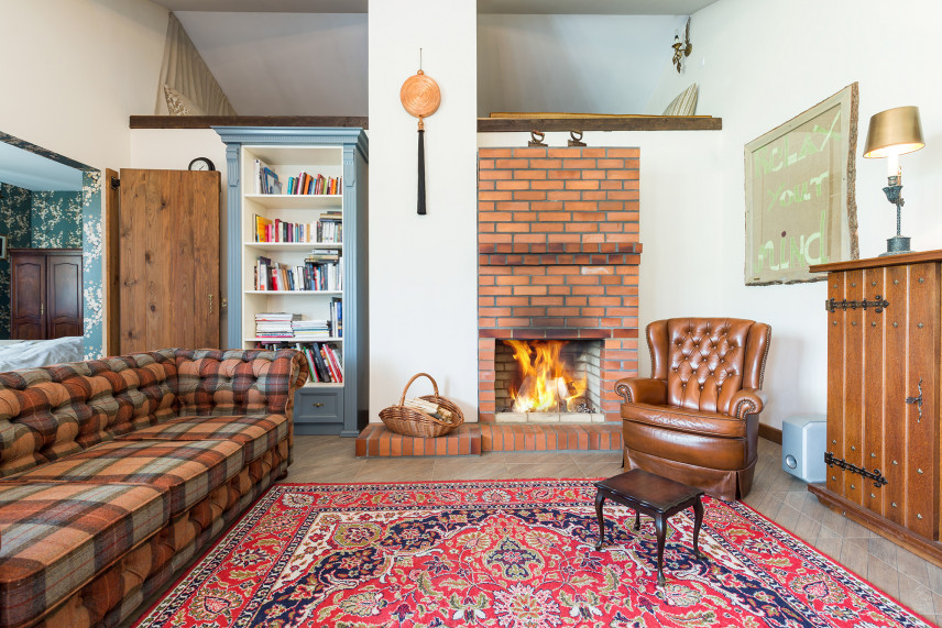 Klasyczny salon z czerwoną cegłą na ścianie