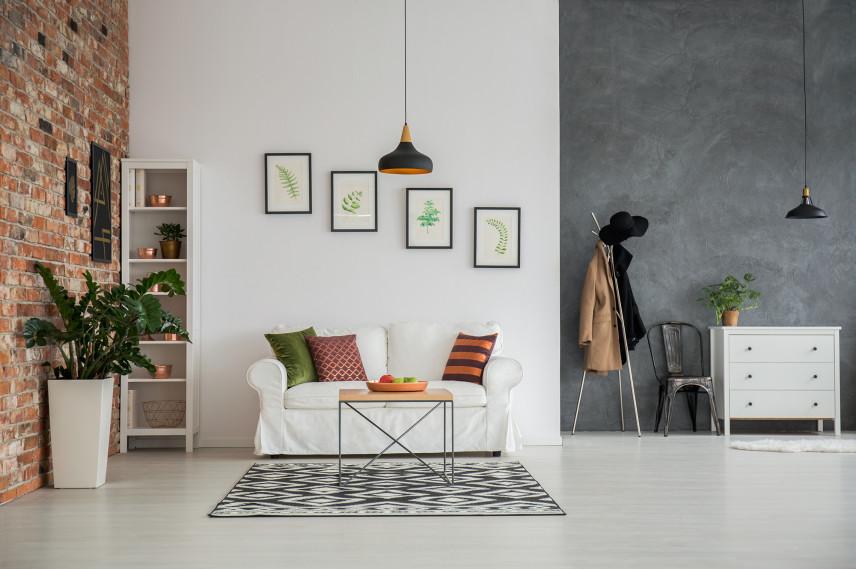 Nowoczesny salon z cegłą i betonem na ścianie