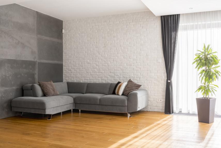Szary salon z białą cegłą