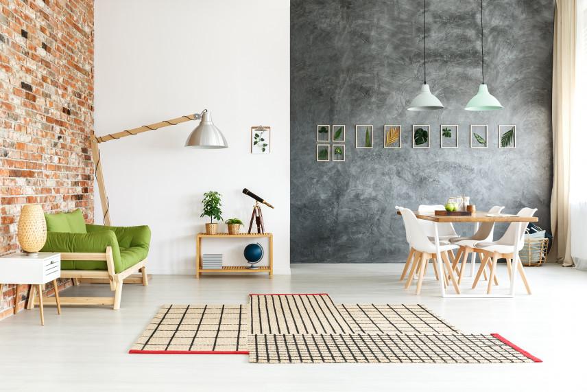 Stylowy salon z betonem i cegłą na ścianie