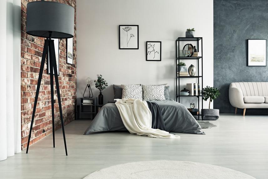 Biało-szary salon z ceglaną ścianą