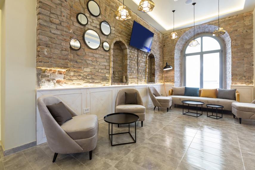 Salon z szarą marmurową podłogą