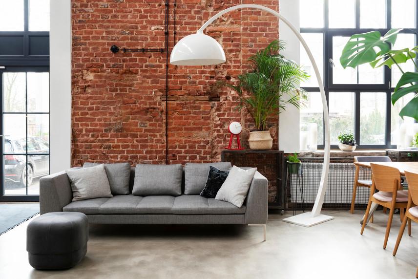 Industrialny salon z ceglaną ścianą