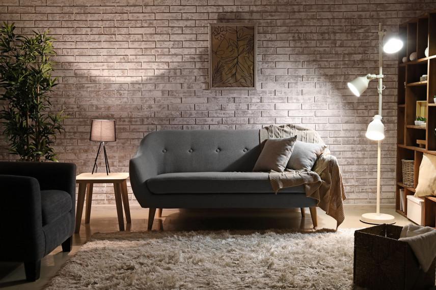 Salon w brązowych beżach i z szara kanapą
