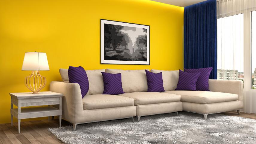 Żółty salon z fioletowymi poduchami
