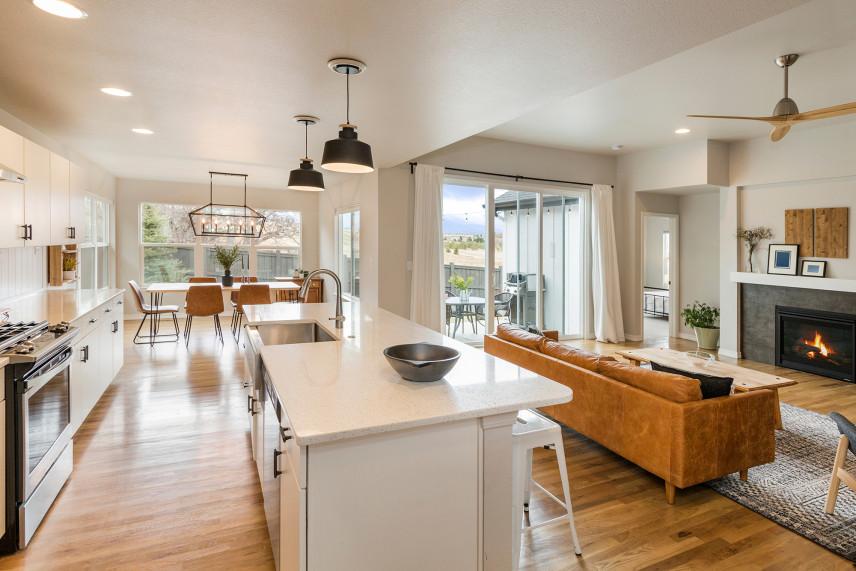 Stylowy salon z kuchnią otwartą i jadalnią