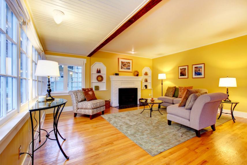 Żółty salon z dywanem
